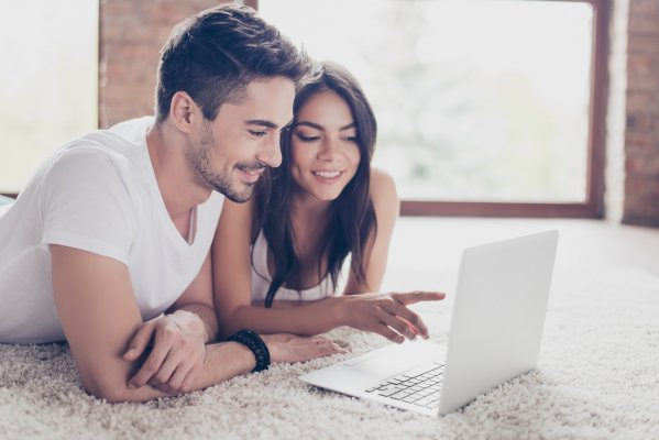 young couple watching netflix on laptop vpn services